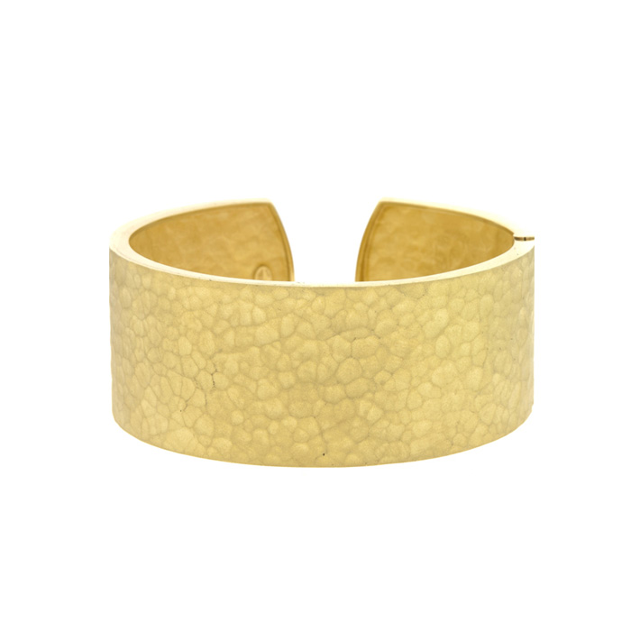 18 Karat Yellow Gold 27.0mm Hammered Finish Cuff With Hinge 21751